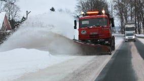 Sneeuw-verwijderende machine verwijdert sneeuw uit de weg Front View Langzame Motie stock videobeelden