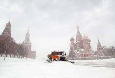 Sneeuw-vlekkenmiddel vrachtwagen schone weg dichtbij Rood Vierkant royalty-vrije stock foto