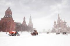 Sneeuw-vlekkenmiddel vrachtwagens en tractor dichtbij Rood Vierkant royalty-vrije stock foto's