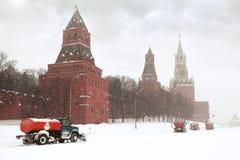 Sneeuw-vlekkenmiddel vrachtwagens op weg dichtbij het Kremlin stock afbeeldingen