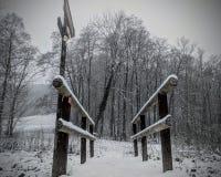Sneeuw weinig houten brug in de winter royalty-vrije stock foto
