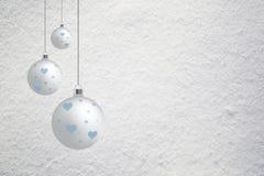Sneeuwachtergrond met de achtergrond van Kerstmisbollen Stock Fotografie