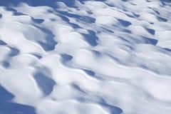 Sneeuwafwijkingen op een zonnige dag Stock Foto's