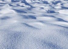 Sneeuwafwijkingen op een zonnige dag Stock Foto