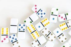 Sneeuwbaleffectschot Kijk neer voor dominospel Domino's die op een rij vooraan vallen De Stukken van het domino'sspel op Witte Ba Royalty-vrije Stock Fotografie