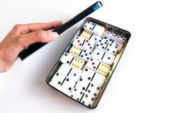 Sneeuwbaleffectschot Kijk neer voor dominospel Domino's die op een rij vooraan vallen De Stukken van het domino'sspel op Witte Ba Royalty-vrije Stock Afbeelding