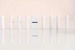 Sneeuwbaleffectschot Kijk neer voor dominospel Domino's die op een rij vooraan vallen Geïsoleerde de Stukken van het domino'sspel Stock Afbeeldingen