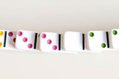 Sneeuwbaleffectschot Kijk neer voor dominospel Domino's die op een rij vooraan vallen Geïsoleerde de Stukken van het domino'sspel Royalty-vrije Stock Afbeelding
