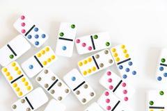 Sneeuwbaleffectschot Kijk neer voor dominospel Domino's die op een rij vooraan vallen Geïsoleerde de Stukken van het domino'sspel Royalty-vrije Stock Foto's