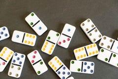 Sneeuwbaleffectschot Kijk neer voor dominospel op zwarte achtergrond Domino's die op een rij vooraan vallen Domino'sspel Royalty-vrije Stock Fotografie