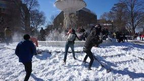 Sneeuwbalstrijd bij de Cirkel van Dupont stock videobeelden