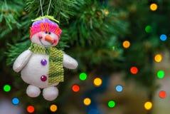 Sneeuwbalstuk speelgoed op Kerstmisboom Stock Afbeeldingen