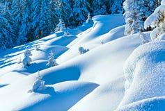 Sneeuwbanken op de wintersneeuw behandelde berghelling royalty-vrije stock afbeelding