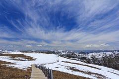 Sneeuwberg en blauwe hemel bij Blauwe Maanvallei, Shangri-La, Yunn Stock Fotografie