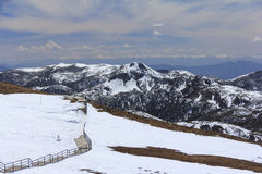 Sneeuwberg en blauwe hemel bij Blauwe Maanvallei, Shangri-La, Yunn Stock Afbeelding