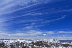 Sneeuwberg en blauwe hemel bij Blauwe Maanvallei, Shangri-La, Yunn Stock Foto