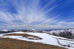 Sneeuwberg en blauwe hemel bij Blauwe Maanvallei, Shangri-La, Yunn Stock Foto's