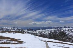 Sneeuwberg en blauwe hemel bij Blauwe Maanvallei, Shangri-La, Yunn Royalty-vrije Stock Afbeeldingen