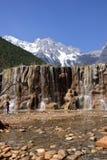 Sneeuwberg en waterval Stock Foto's
