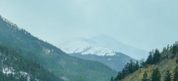 Sneeuwberg en weg Stock Foto's