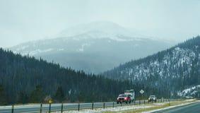 Sneeuwberg en weg Stock Foto