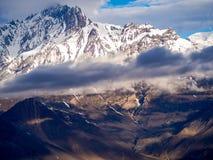 Sneeuwberg met het donkere weer in Muktinath Stock Afbeeldingen