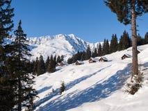 Sneeuwbergchalet in hout stock afbeelding