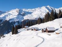 Sneeuwbergchalet in hout stock afbeeldingen
