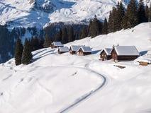 Sneeuwbergchalet in hout royalty-vrije stock fotografie
