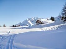 Sneeuwbergchalet in hout stock foto's