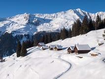 Sneeuwbergchalet in hout royalty-vrije stock foto's