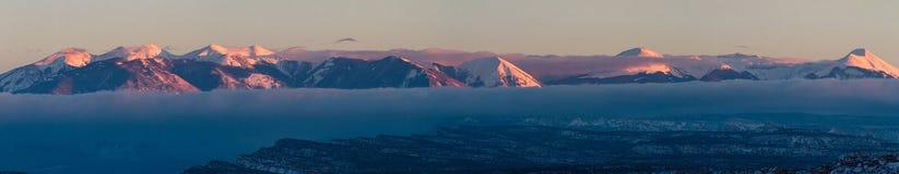 Sneeuwbergen bij zonsondergang stock afbeelding