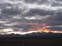 Sneeuwbergen en zonsondergang royalty-vrije stock fotografie