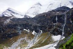 Sneeuwbergen, klippen en watervallen Royalty-vrije Stock Foto