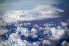 Sneeuwbergen met wolken royalty-vrije stock foto's