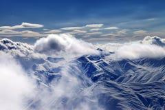 Sneeuwbergen met wolken in avond Stock Foto
