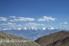 Sneeuwbergketen en weg op rand Stock Fotografie