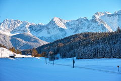 Sneeuwberglandschap bij blauwe hemel Stock Foto's