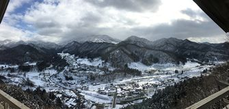 Sneeuwbergmening van de tempel van Yamadera Risshaku in Yamagato Ja stock afbeelding