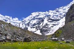 Sneeuwbergpieken en groene valleien Royalty-vrije Stock Afbeelding