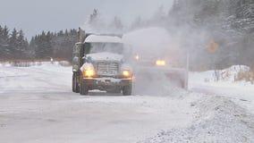 Sneeuwblazer blazende sneeuw in stortplaatsvrachtwagen om weg te ontruimen stock footage