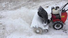 Sneeuwblazer schone sneeuw van stoep in de winter 4K stock videobeelden