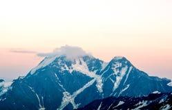 Sneeuwbovenkanten van hoog Onderstel Elbrus bij zonsondergang, berglandschap, gezichten en aard Royalty-vrije Stock Fotografie