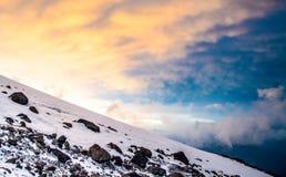 Sneeuwbovenkanten van hoog Onderstel Elbrus bij zonsondergang, berglandschap, gezichten en aard Royalty-vrije Stock Afbeelding