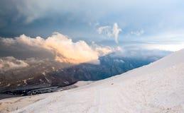 Sneeuwbovenkanten van hoog Onderstel Elbrus bij zonsondergang, berglandschap, gezichten en aard Stock Fotografie