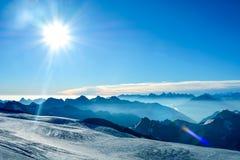 Sneeuwbovenkanten van hoog Onderstel Elbrus bij zonsondergang, berglandschap, gezichten en aard Royalty-vrije Stock Foto's