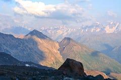 Sneeuwbovenkanten van hoog Onderstel Elbrus bij zonsondergang, berglandschap, gezichten en aard Stock Afbeeldingen