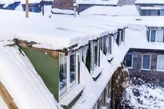 Sneeuwdak met ijskegels royalty-vrije stock afbeeldingen
