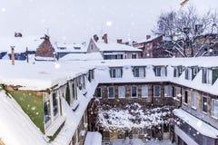 Sneeuwdak met ijskegels royalty-vrije stock fotografie