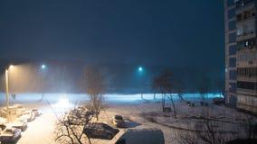 Sneeuwdalingen van de Straat tegen de Achtergrond van een Lantaarnpaal bij Nacht Geschoten op Canon 5D Mark II met Eerste l-Lenze stock video